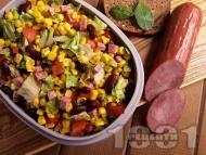 Мексиканска салата с царевица, боб, зелена салата, домати и колбас